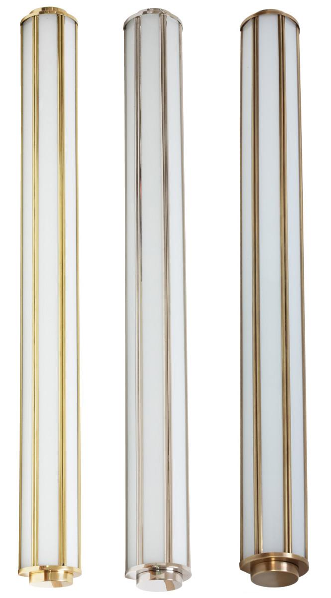 Eine Badleuchte aus Messing in drei Oberflächen (von links): Messing poliert, Messing vernickelt und Messing patiniert. Die Art déco-Wandleuchte für Bad und Spiegel, 90 cm von Atelier MB ist auch in anderen Größen erhältlich, als 30-cm-Modell, als 44-cm-Modell sowie als als 62-cm-Modell. Zudem ist die Leuchte auch als Außenleuchte geeignet.