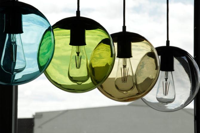 Vier bunte Kugel-Pendellampen mit gefärbtem Glas: Türkis, Grün, Bernstein-Braun, Rauch-Grau