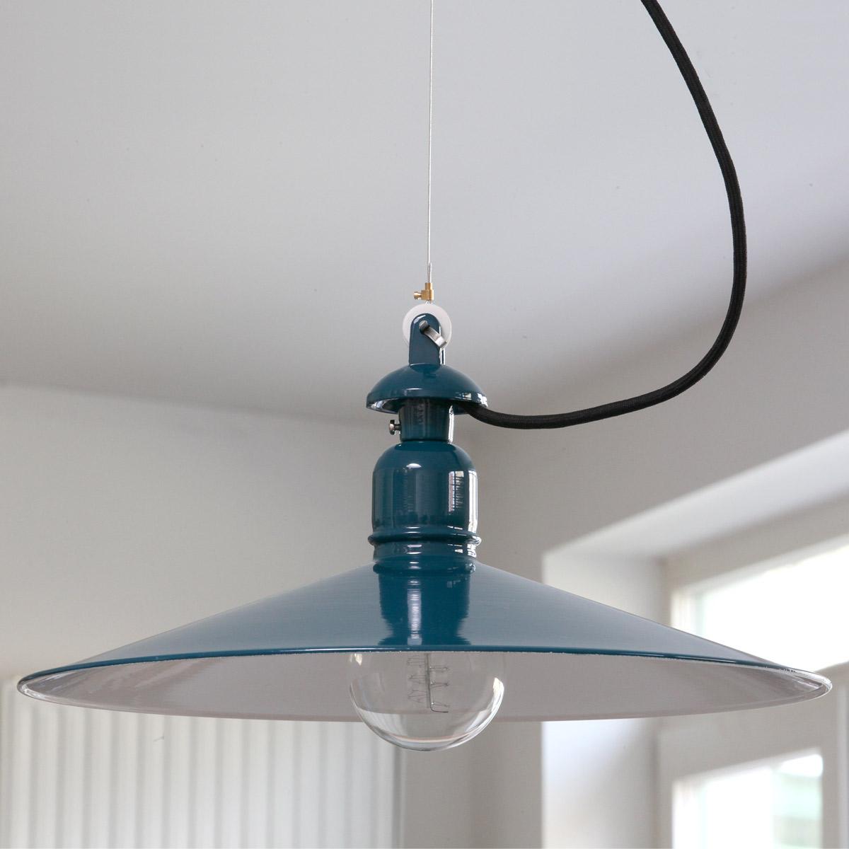 Flache blaue Pendelleuchte aus gedrücktem Stahlblech: BINGEN mit 300 mm in RAL 5020 Ozeanblau