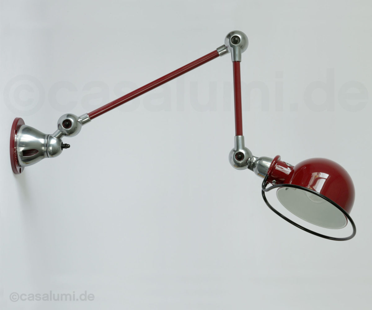 Die Jieldé-Gelenkwandleuchte D4251 in RAL 3005 Weinrot glänzend lackiert, mit Gelenken in Stahl poliert.