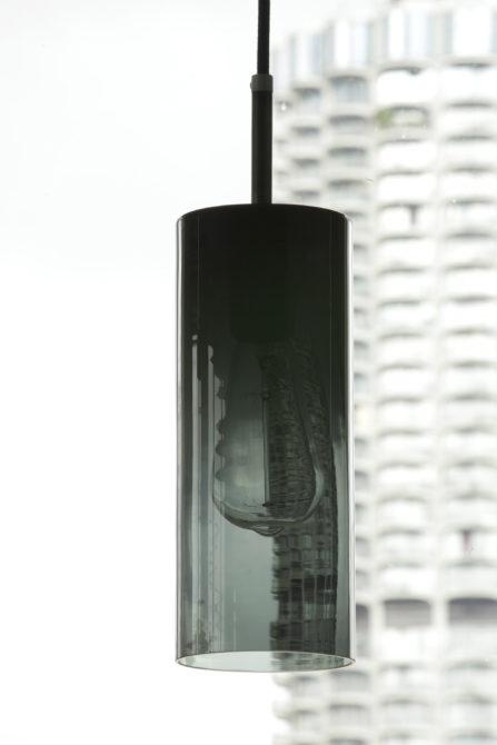 Zylindrische Pendelleuchte aus dunklem Rauchglas