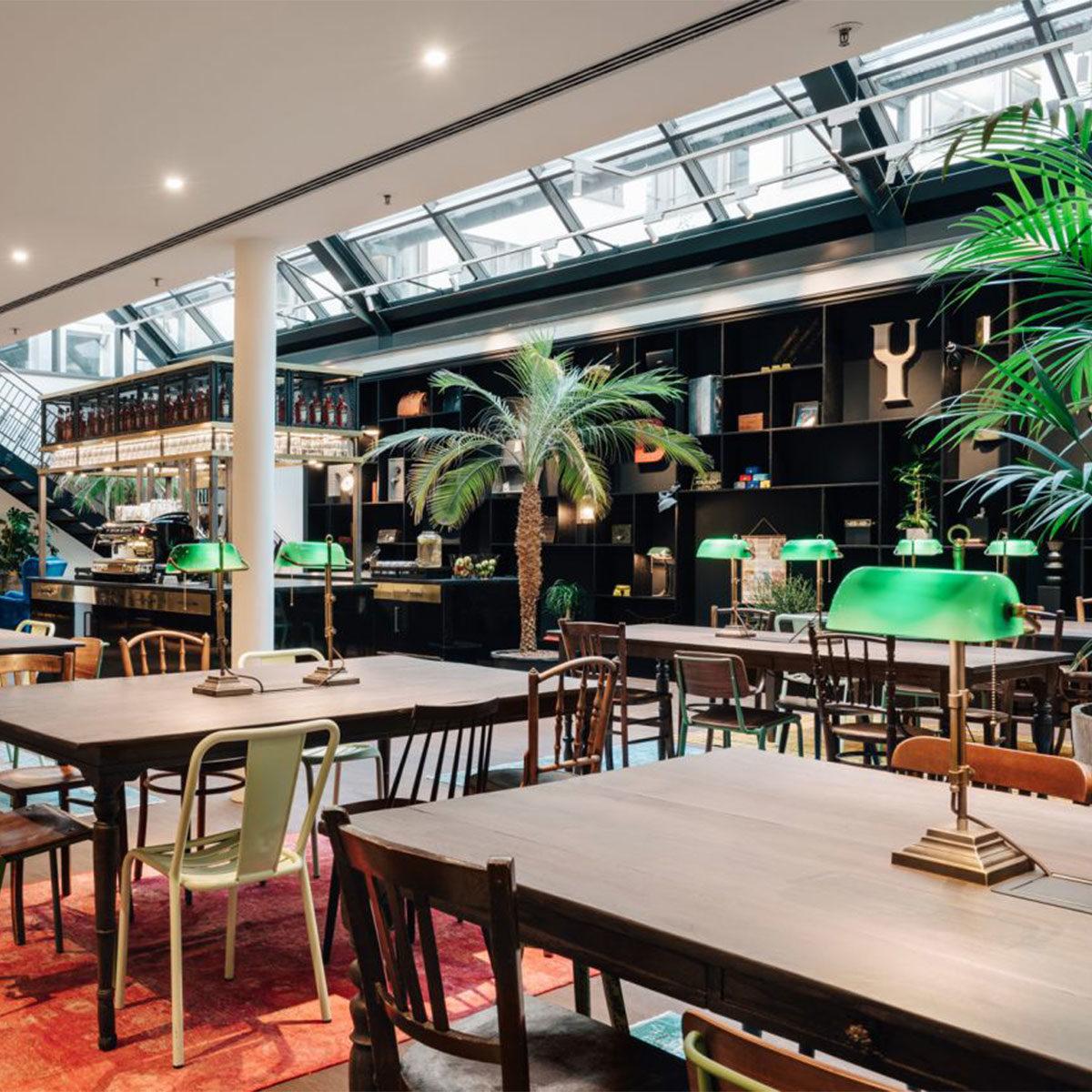 CoWorking Space Ruby Carl Düsseldorf mit Banker's Lamps auf den Tischen