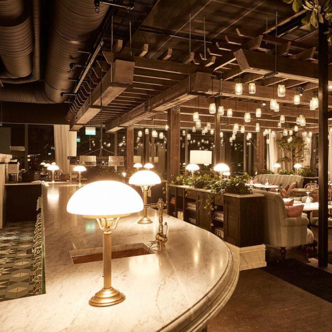Jugendstil-Tischleuchte auf dem Tresen des nostalgisch ausgestattenen Steam Hotel in Schweden