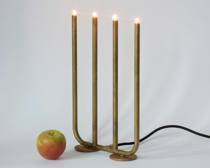 Tisch-Leuchter ADVENT aus der schwedischen Manufaktur KH Verkstad, roh belassenes Messing